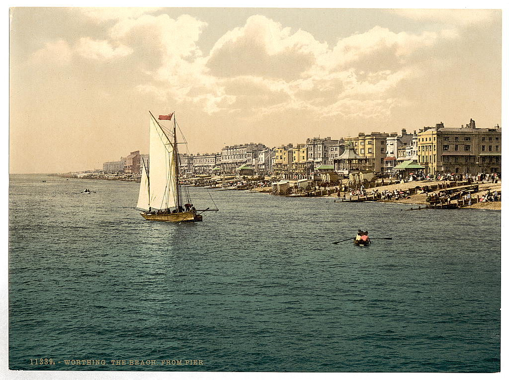 Stará fotografie přístavu s plachetnicí připomínající staré dobré časy