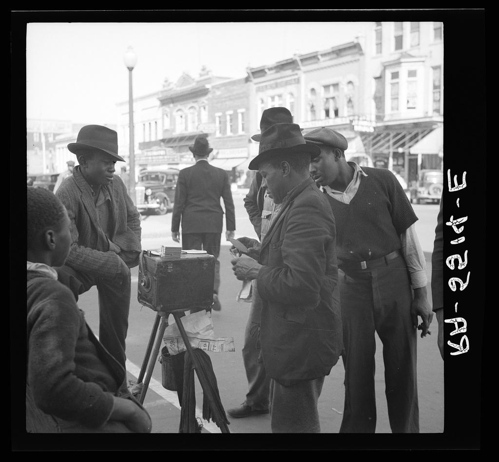 Stará fotografie mužů s fotoaparátem